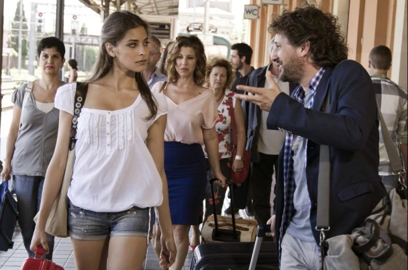 Ariadna Romero parla con Leonardo Pieraccioni in una scena di Finalmente la felicità