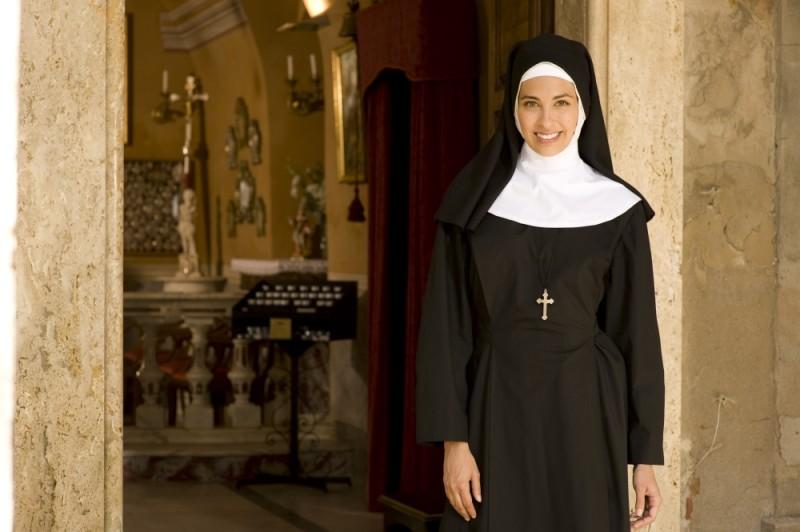 Ariadna Romero vestita da suora sul set di Finalmente la felicità