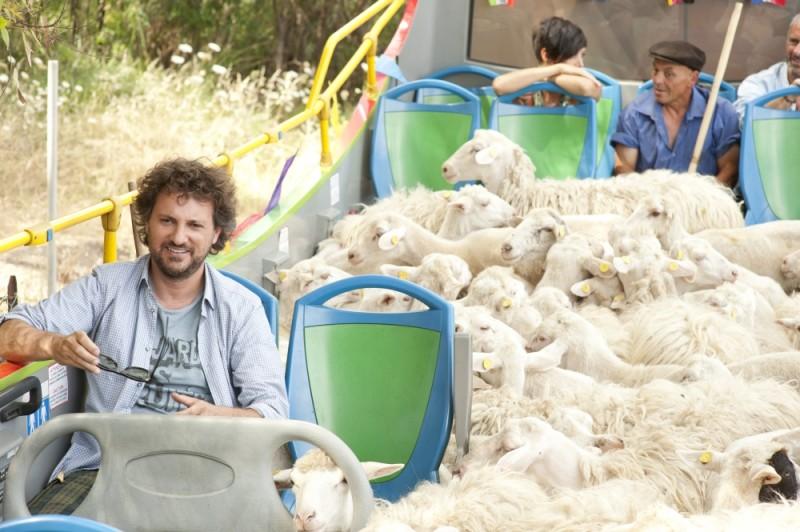 Finalmente la felicità: Leonardo Pieraccioni a bordo di un bus pieno di pecore sul set del film