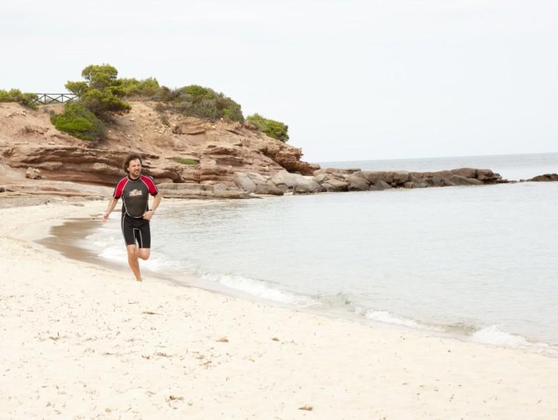 Finalmente la felicità: Leonardo Pieraccioni corre sulla spiaggia in una scena del film
