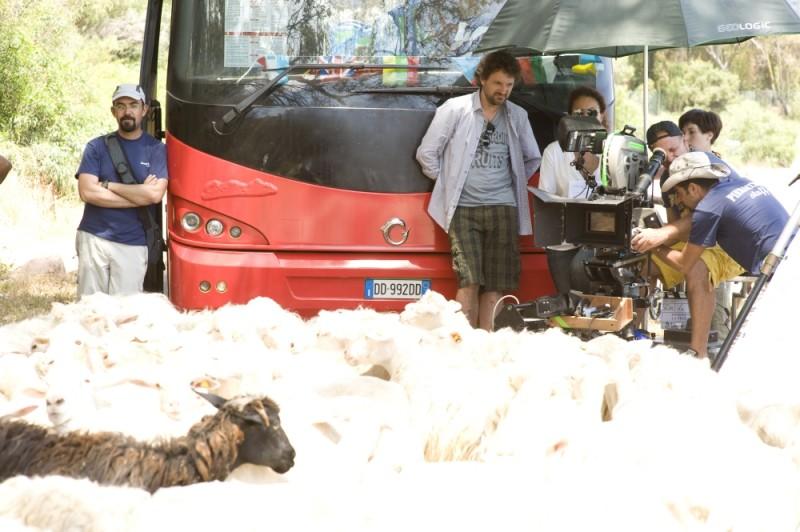 Finalmente la felicità: Leonardo Pieraccioni dirige una scena con le pecore sul set del film