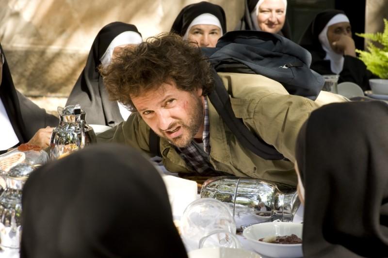 Finalmente la felicità: Leonardo Pieraccioni piomba sul tavolo della colazione in una scena del film