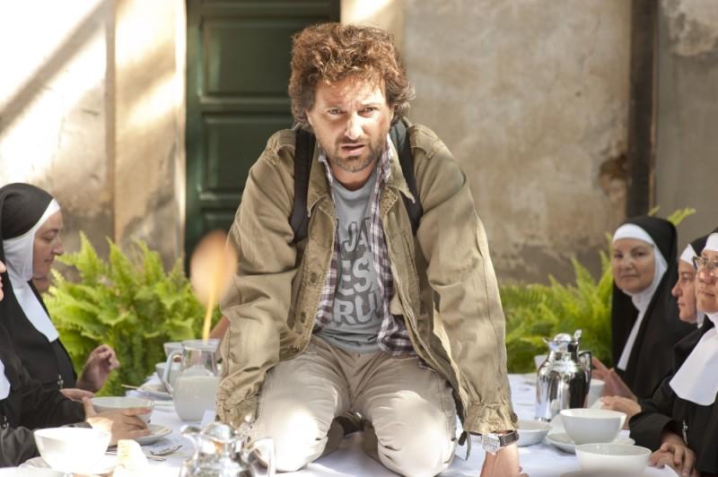 Finalmente la felicità: Leonardo Pieraccioni sul tavolo della colazione in una scena del film