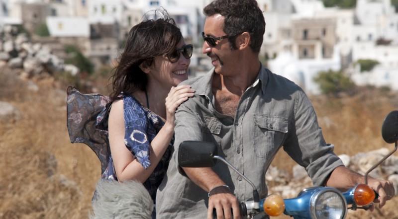 Immaturi - Il viaggio: Anita Caprioli e Paolo Kessisoglu sorridono a bordo di una vespa in una scena del film