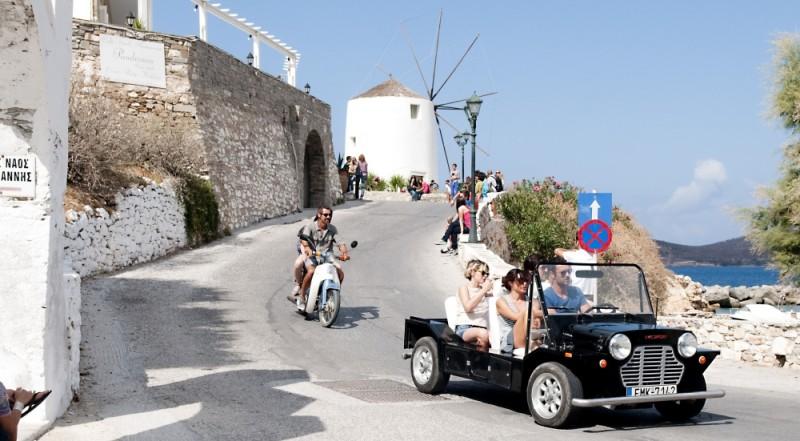 Immaturi - Il viaggio: i protagonisti in giro per l'isola greca in una scena del film