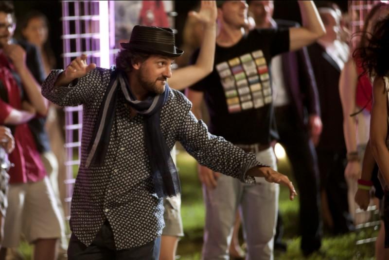 Leonardo Pieraccioni balla in una scena della commedia Finalmente la felicità