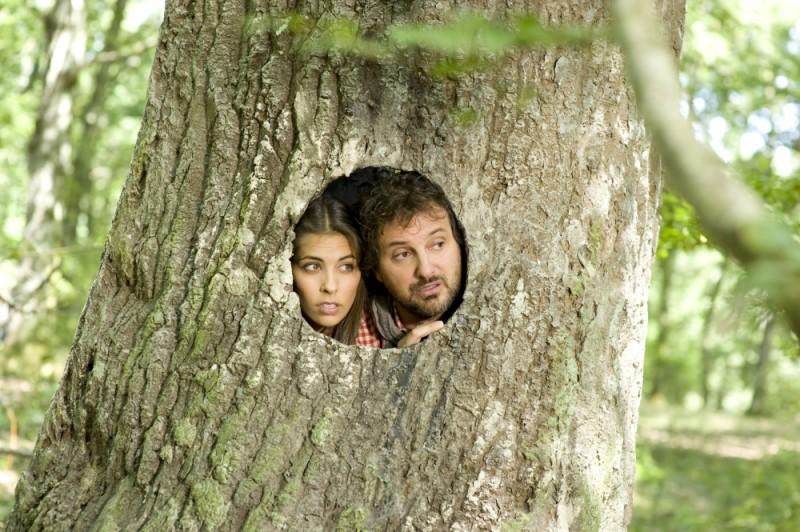 Leonardo Pieraccioni e Ariadna Romero sbirciano da dentro ad un albero in una scena di Finalmente la felicità