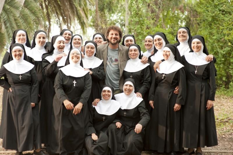 Leonardo Pieraccioni posa con un gruppo di suore sul set di Finalmente la felicità