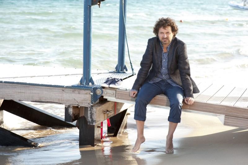 Leonardo Pieraccioni si bagna i piedi in una scena di Finalmente la felicità