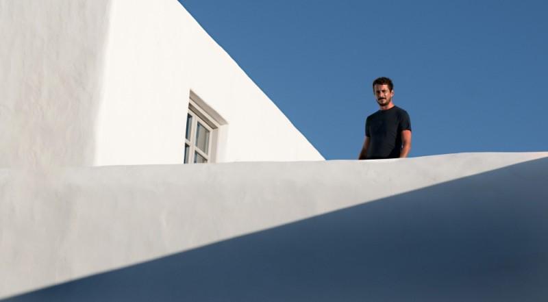 Luca Bizzarri in terrazza in una scena di Immaturi - Il viaggio