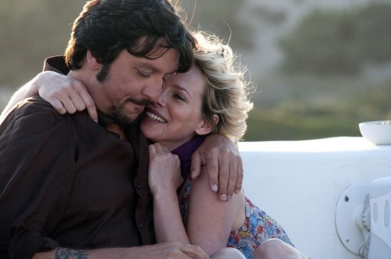 Ricky Memphis e Barbora Bobulova si abbracciano in una scena di Immaturi - Il viaggio