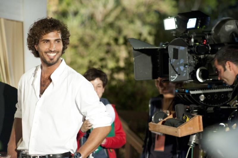 Thyago Alves sorride prima del ciak sul set di Finalmente la felicità