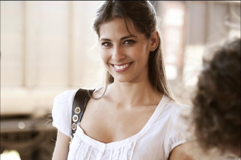 Un bel sorriso di Ariadna Romero sul set di Finalmente la felicità