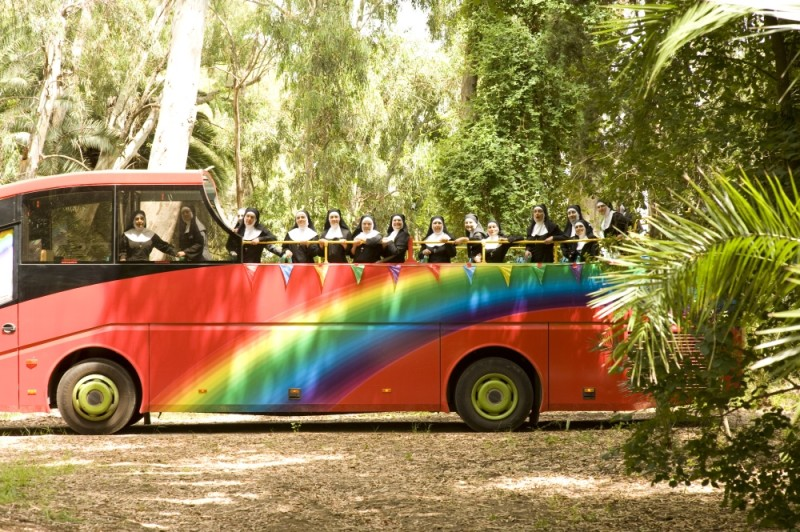 Un gruppo di suore posa per una foto ricordo sul set di Finalmente la felicità