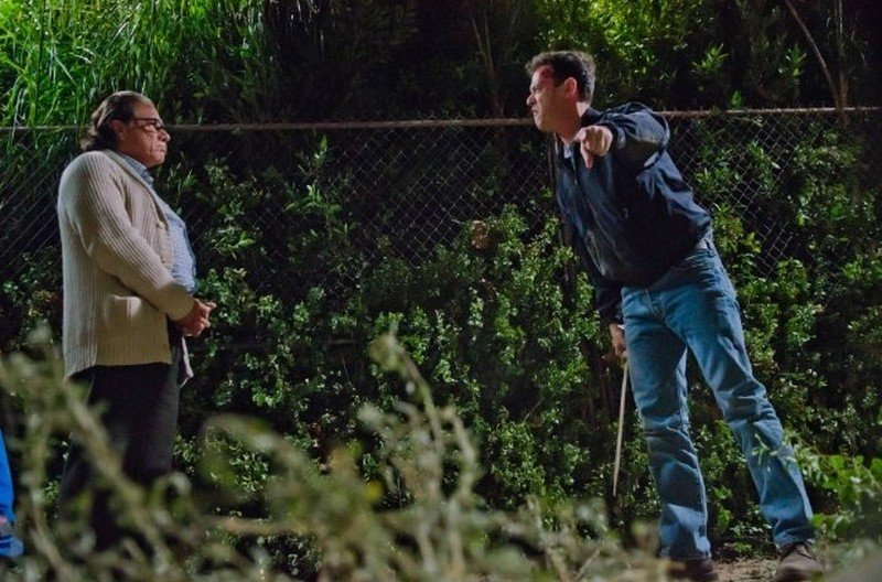Colin Hanks in una scena dell'episodio Ricochet Rabbit insieme a Edward James Olmos