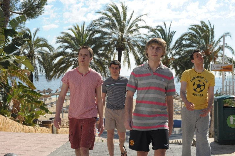 Finalmente maggiorenni: James Buckley, Simon Bird, Joe Thomas e Blake Harrison al mare in una scena del film