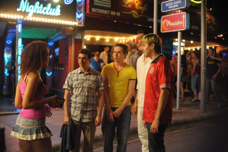 I quattro protagonisti di Finalmente maggiorenni in una scena del film insieme a Emma Louise Cargill