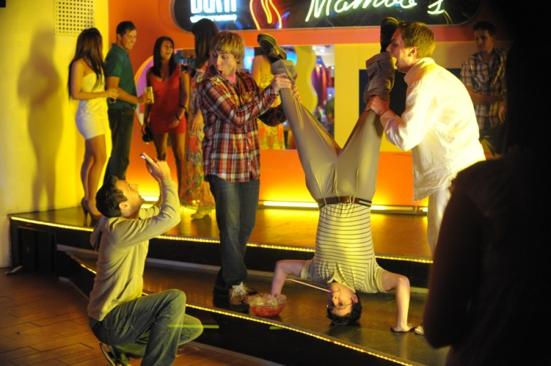 James Buckley, Simon Bird, Joe Thomas e Blake Harrison in discoteca in una divertente scena di Finalmente maggiorenni