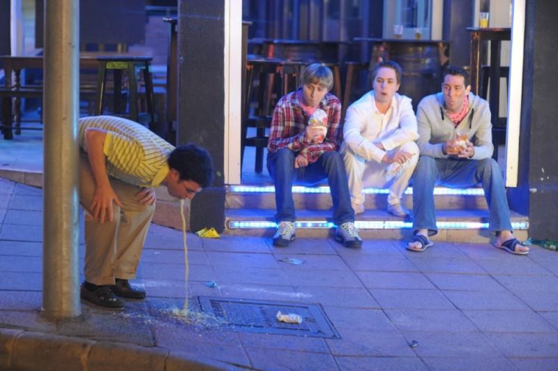 James Buckley, Simon Bird, Joe Thomas e Blake Harrison in una disgustosa scena di Finalmente maggiorenni