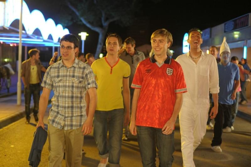 James Buckley, Simon Bird, Joe Thomas e Blake Harrison passeggiano in una scena di Finalmente maggiorenni