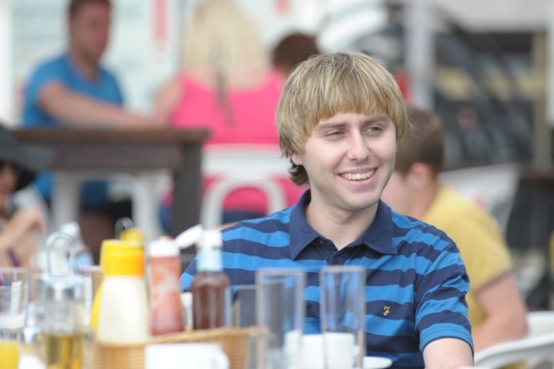 James Buckley sorride in un'immagine di Finalmente maggiorenni