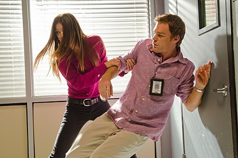 Jennifer Carpenter e Michael C. Hall in una scena d'azione dell'episodio Talk to the Hand