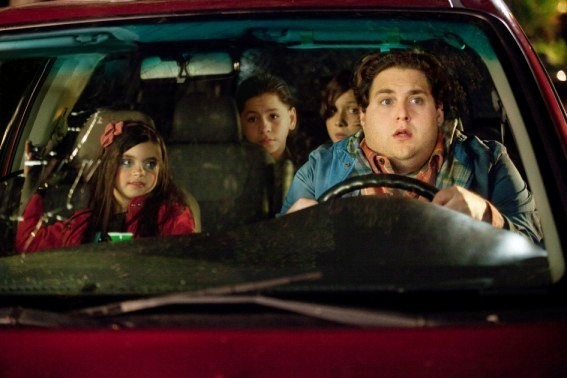 Jonah Hill in The Sitter con Landry Bender, Kevin Hernandez e Max Records.