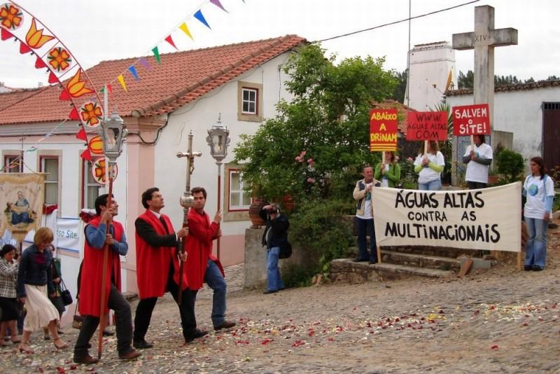 Aguasaltaspuntocom - un villaggio nella rete: una processione religiosa di Aguas Altas in una scena del film
