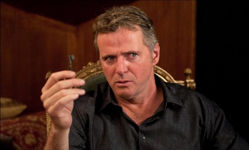 Aidan Quinn mostra la famosa chiave in una scena del dramma La chiave di Sara