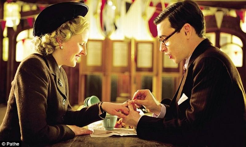 Alexandra Roach insieme a Harry Lloyd nei panni di Margaret e Denis Thatcher in una scena di Iron Lady