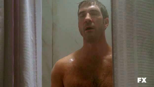 American Horror Story: Dylan McDermott dopo la doccia nell'episodio Smoldering Children (prima stagione)