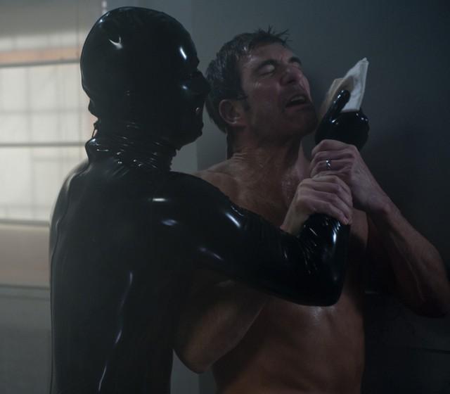 American Horror Story: Dylan McDermott lotta contro l'uomo in latex nell'episodio Smoldering Children
