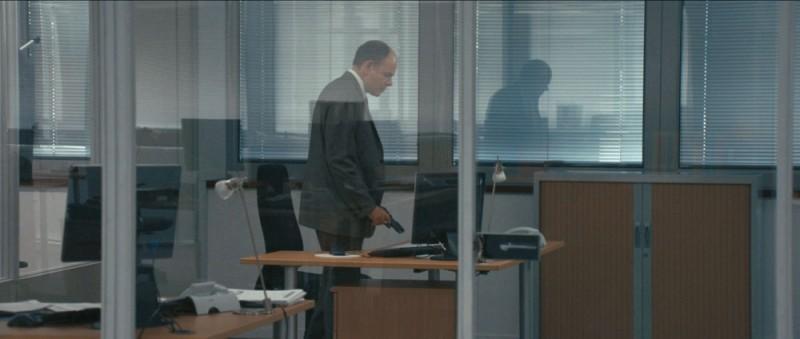 De bon matin: Jean-Pierre Darroussin impugna una pistola in una scena del film