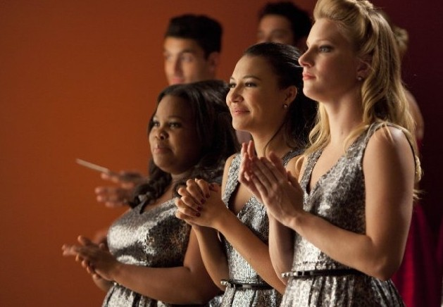 Glee: Amber Riley, Naya Rivera e Heather Morris in una scena dell'episodio Hold on to Sixteen.