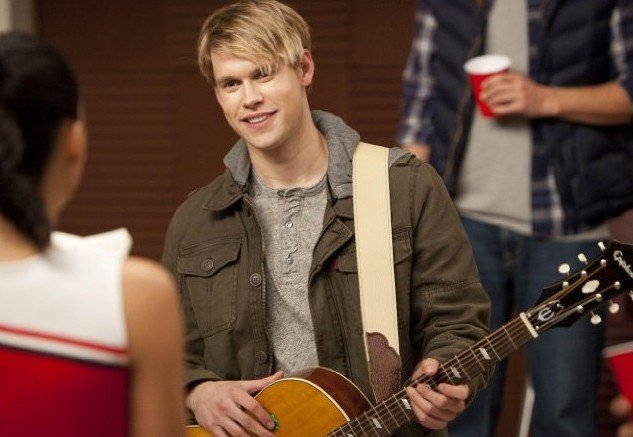 Glee: Chord Overstreet in una scena dell'episodio Hold on to Sixteen.