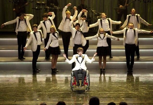 Glee: i New Directions affrontano i Sectionals nell'episodio Hold on to Sixteen.