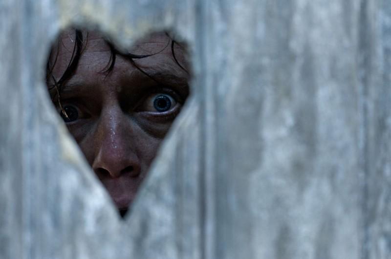 Headhunters: lo sguardo terrorizzato di Aksel Hennie attraverso un vetro