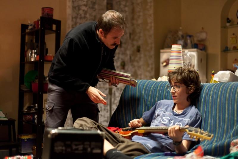 Il comandante e la cicogna: Valerio Mastandrea e Luca Dirodi in una scena del film