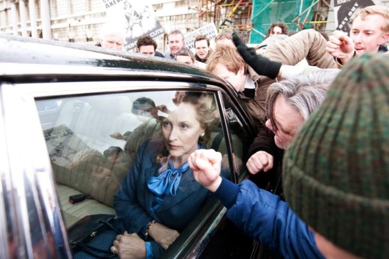 Iron Lady: Meryl Streep nel ruolo di Margaret Thatcher contestata dalla folla in una scena del film