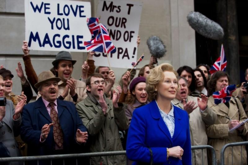 Iron Lady: Meryl Streep nel ruolo di Margaret Thatcher tra la folla in una scena del film