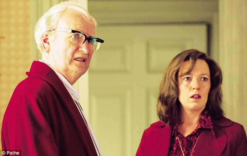 Jim Broadbent in una scena del film Iron Lady con Olivia Colman