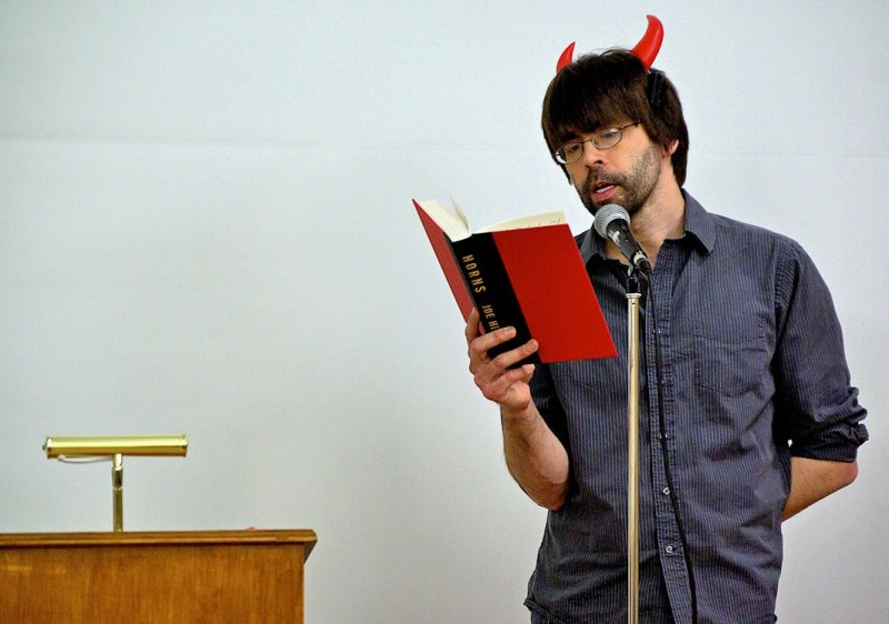Joe Hill durante una lettura pubblica del suo romanzo, Horns