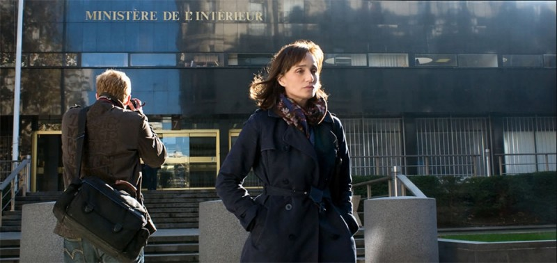 Kristin Scott Thomas di fronte al Ministero degli Interni francese in una scena del film