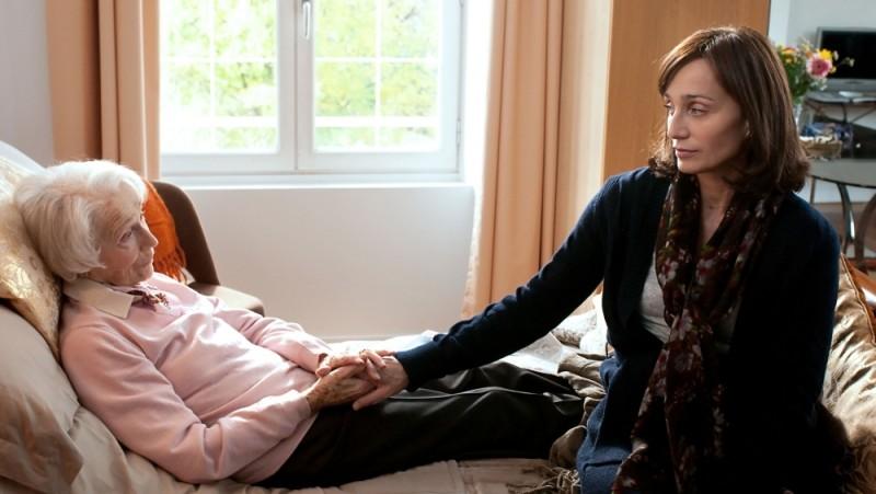 La chiave di Sara: Kristin Scott Thomas in una scena del film insieme a Gisèle Casadesus
