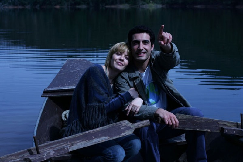 María Adánez con João Tempera in una romantica scena di Aguasaltaspuntocom - un villaggio nella rete