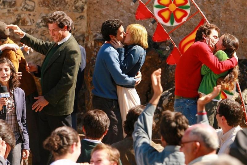 María Adánez  e João Tempera si baciano durante una festa in una scena di Aguasaltaspuntocom - un villaggio nella rete
