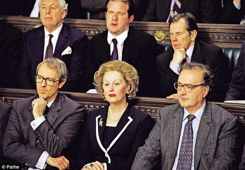 Meryl Streep in una scena del film Iron Lady insieme a Robin Kermode, alla sua sinistra nei panni di John Major