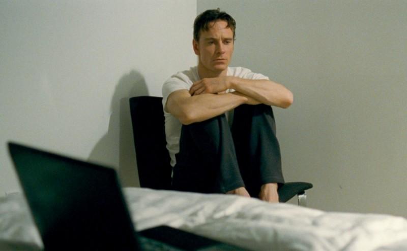 Shame: Michael Fassbender in un momento di crisi in un'immagine del film