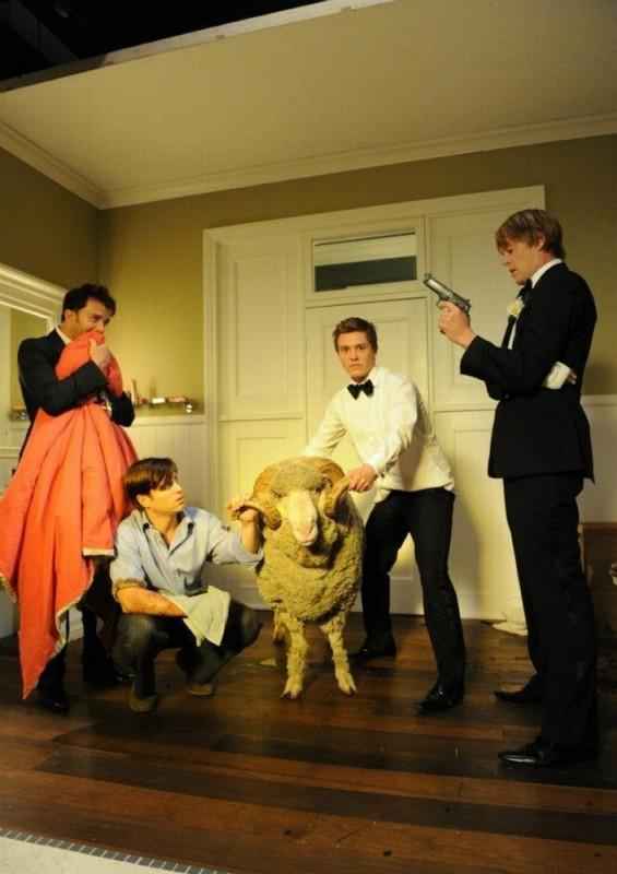 Tre uomini e una pecora: i quattro protagonisti insieme all'ariete Ramsy in una scena del film