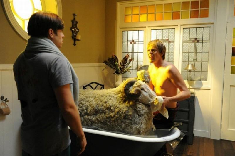 Tre uomini e una pecora: Kris Marshall e Kevin Bishop fanno il bagno a Ramsy in una scena del film